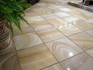 Фасады (фасадные системы) из натурального камня Kings'Stone. - Найпопулярнішим форматом полірованої плитки з кварцитів-пісковика для укладання на підлогу є 300 * 300 мм. Така плитка зручна в мощенні і дозволяє досить показати малюнок каменю