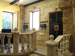 Фасады (фасадные системы) из натурального камня Kings'Stone. - У салоні представлені практично всі види архітектурних елементів для облицювання фасадів природним каменем кварцито-пісковиком. Незвичайний інтер'єр створює особливу атмосферу