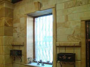 Фасады (фасадные системы) из натурального камня Kings'Stone. - Вікна, обрамлені архітектурним декором з природного каменю є обов'язковим декоративним рішенням у створенні класичних фасадів з каменю