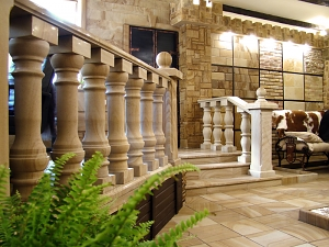 Фасады (фасадные системы) из натурального камня Kings'Stone. - Одним з найкрасивіших і складних у виробництві елементів архітетурного декору є балюстради з природного каменю. Балюстри складається з балясин, поручні і підстави