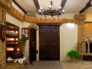 Фасады (фасадные системы) из натурального камня Kings'Stone. - Інтер'єр салону оформлений ексклюзивними виробами з дерева і металу, які відмінно поєднуються з кам'яними підлогами і стінами всього приміщення