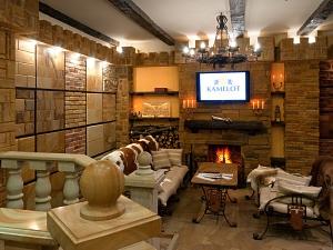 Фасады (фасадные системы) из натурального камня Kings'Stone. - У салоні передбачено зручне місце для відпочинку і переговорів. Авторські меблі, справжній кам'яний камін і середньовічний інтер'єр створюють особливу атмосферу