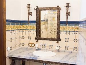 Фасады (фасадные системы) из натурального камня Kings'Stone. - Художественная ковка в интерьере. Кованые светильники и обрамление зеркала.
