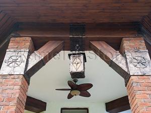 Фасады (фасадные системы) из натурального камня Kings'Stone. - Художественная ковка в экстерьере. Украшение колонн коваными элементами. Кованый светильник.
