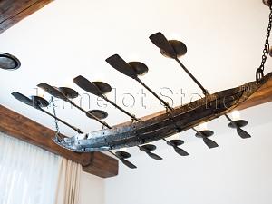 Фасады (фасадные системы) из натурального камня Kings'Stone. - Художественная ковка в интерьере. Кованая люстра-подсвечник, выполнен в виде лодки с веслами.